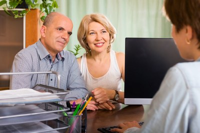 31-droit-photo_freepik-photos-libre-age-de-deux-retraites-parler-avec-un-employe_1489249 by Freepik.jpg