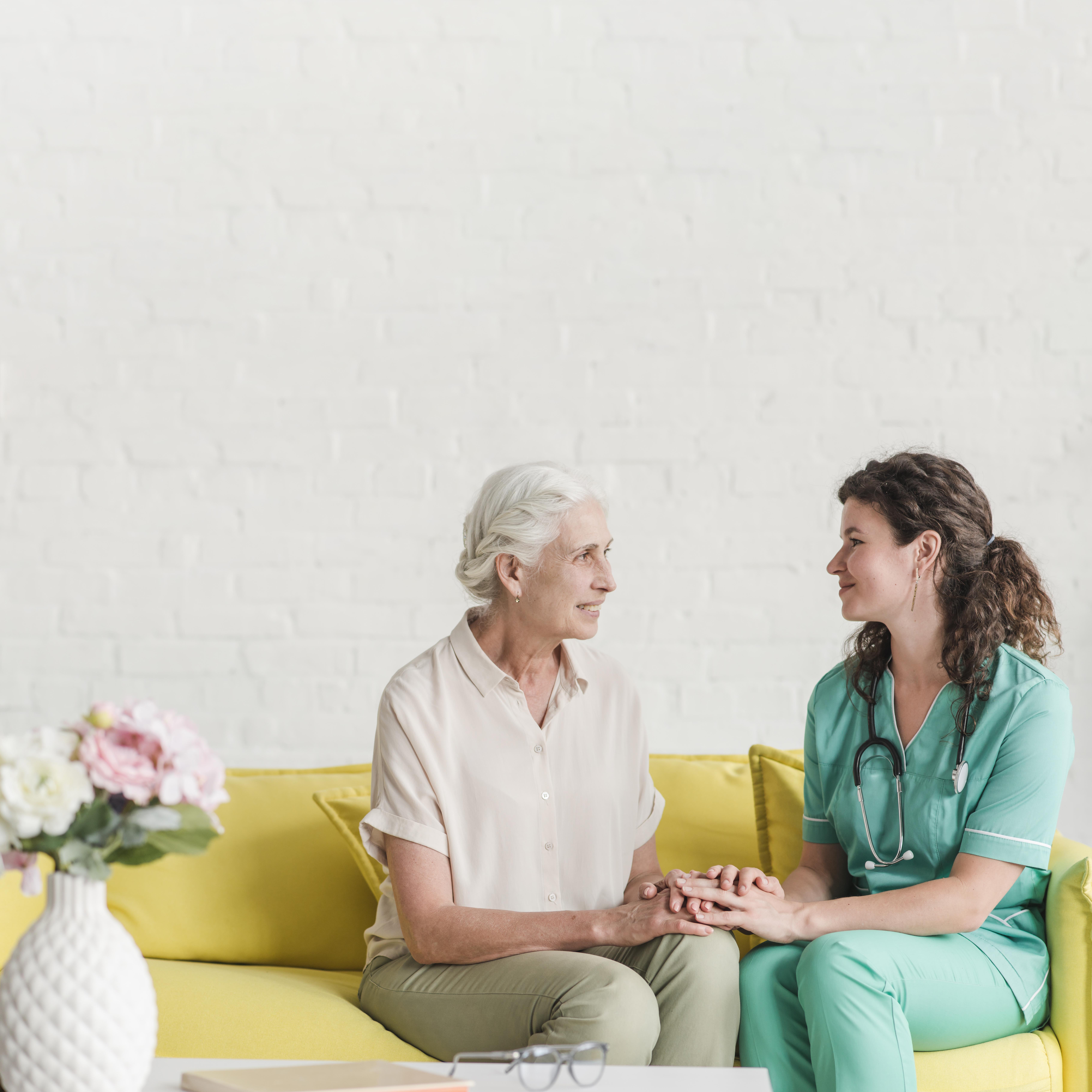 droit photofreepik.comfree-photosmiling-female-senior-patient-and-nurse-holding-each-other-s-hand_2652817.htm'Designed by Freepika.jpg